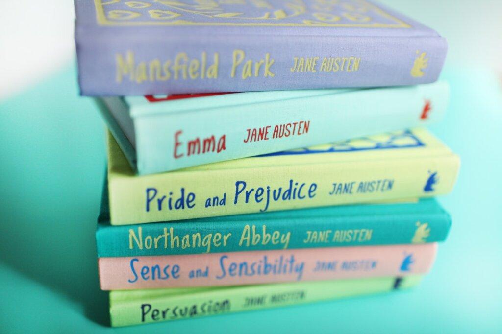 Sur une table, on voit une pile de livres colorés / recycler ses vieux livres